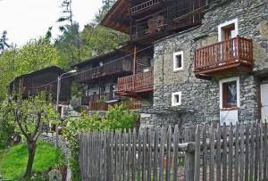Valmignanaz, Saint-Vincent. Case con sopra un raccard con aia di trebbiatura centrale, costruite dalle famiglie Mellé e Séris.