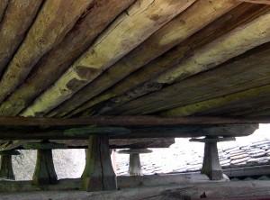 Jambes stabilisées sur des croisées en bois, les crogères - Photo Claudine Remacle